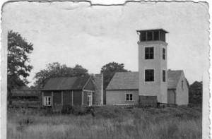 Leiterschuppen für die Anhängeleiter, AL18, wurde etwa 1968 gebaut (Aufnahme etwa Anfang 1961) Der abgebildete hölzerne Versammlungsraum wurde später giebelseitig nach rechts verlängert.